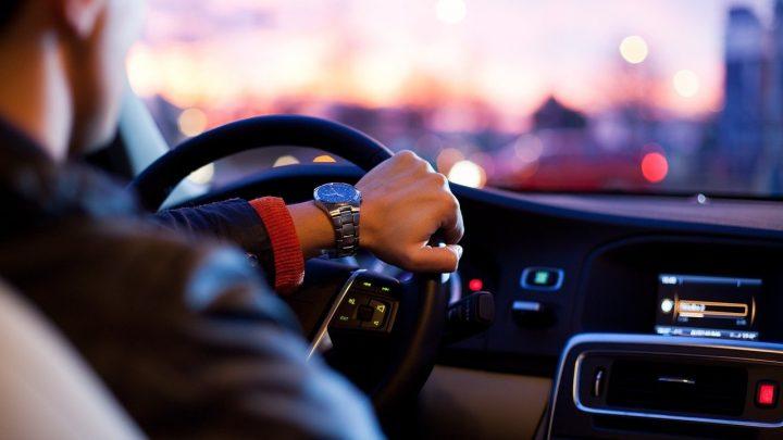 homme au volant voiture